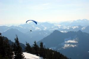 Gleitschirmflieger / Paraglider über der Hochries (Samerberg)